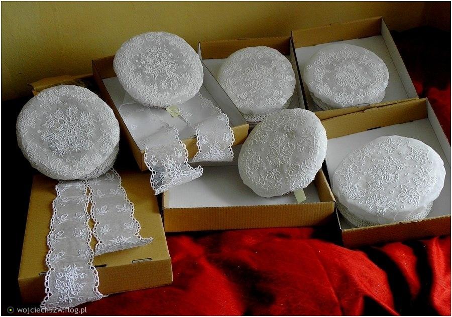 7052308_czepce-wykonane-haftem-snutym